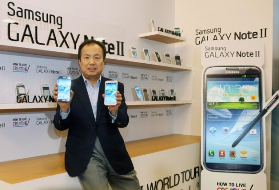 представитель Samsung с флагманами