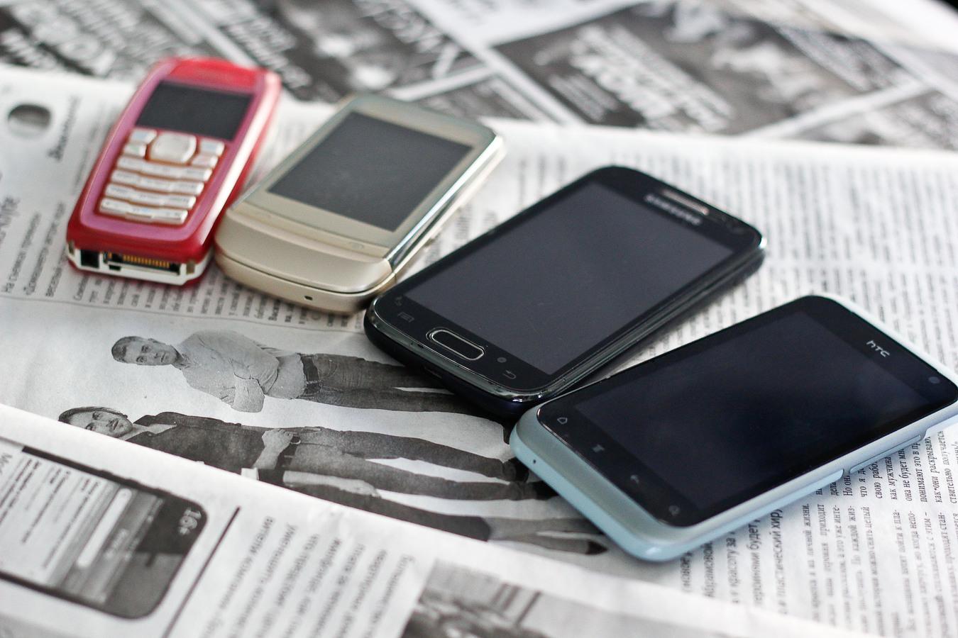 смартфон и обычный телефон
