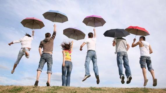 Девушки и юноши с зонтами