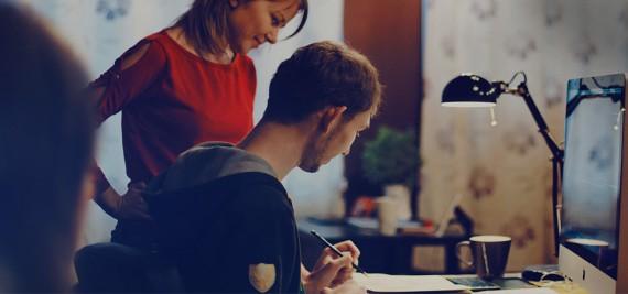 Парень и девушка обсуждают проект