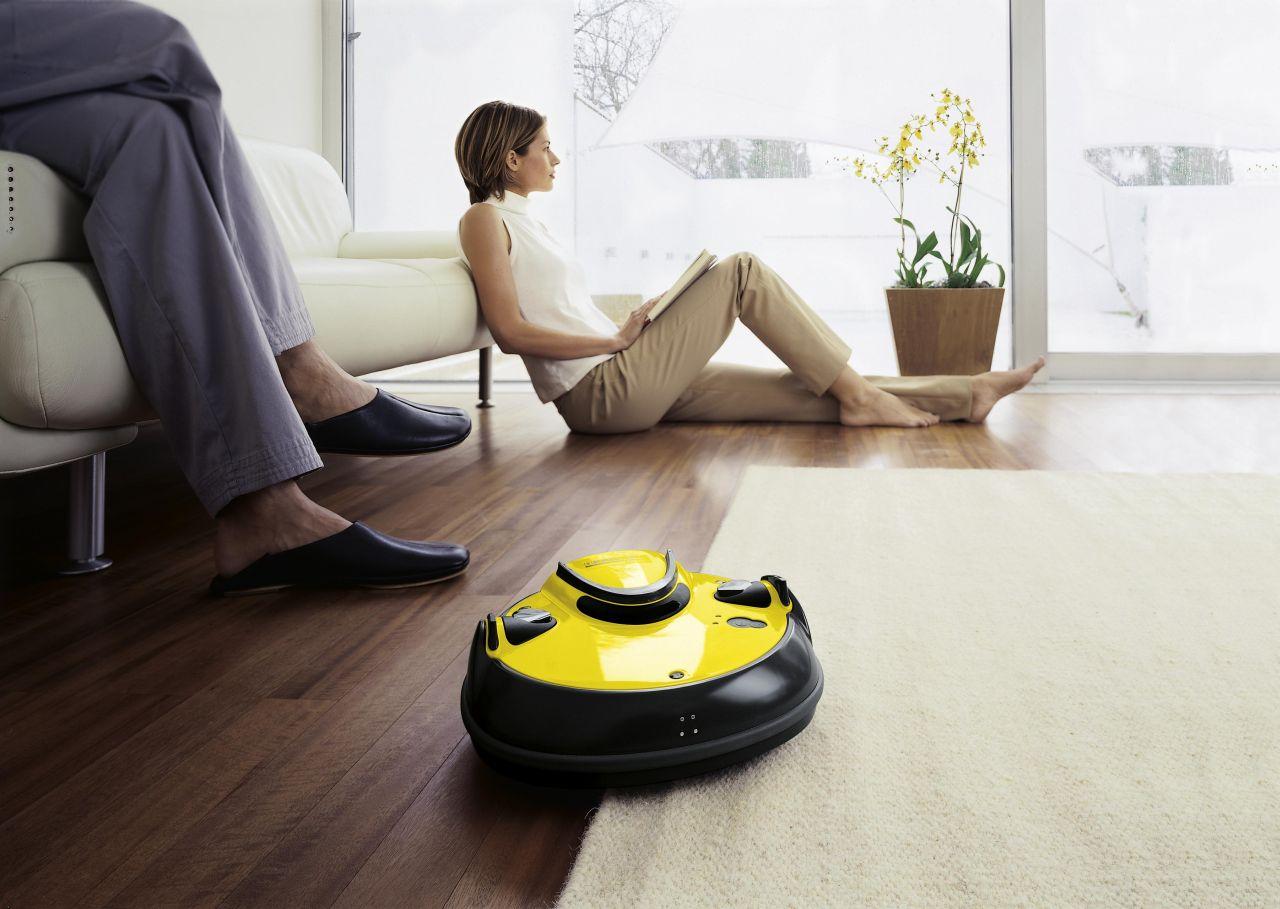 Робот-пылесос в гостиной