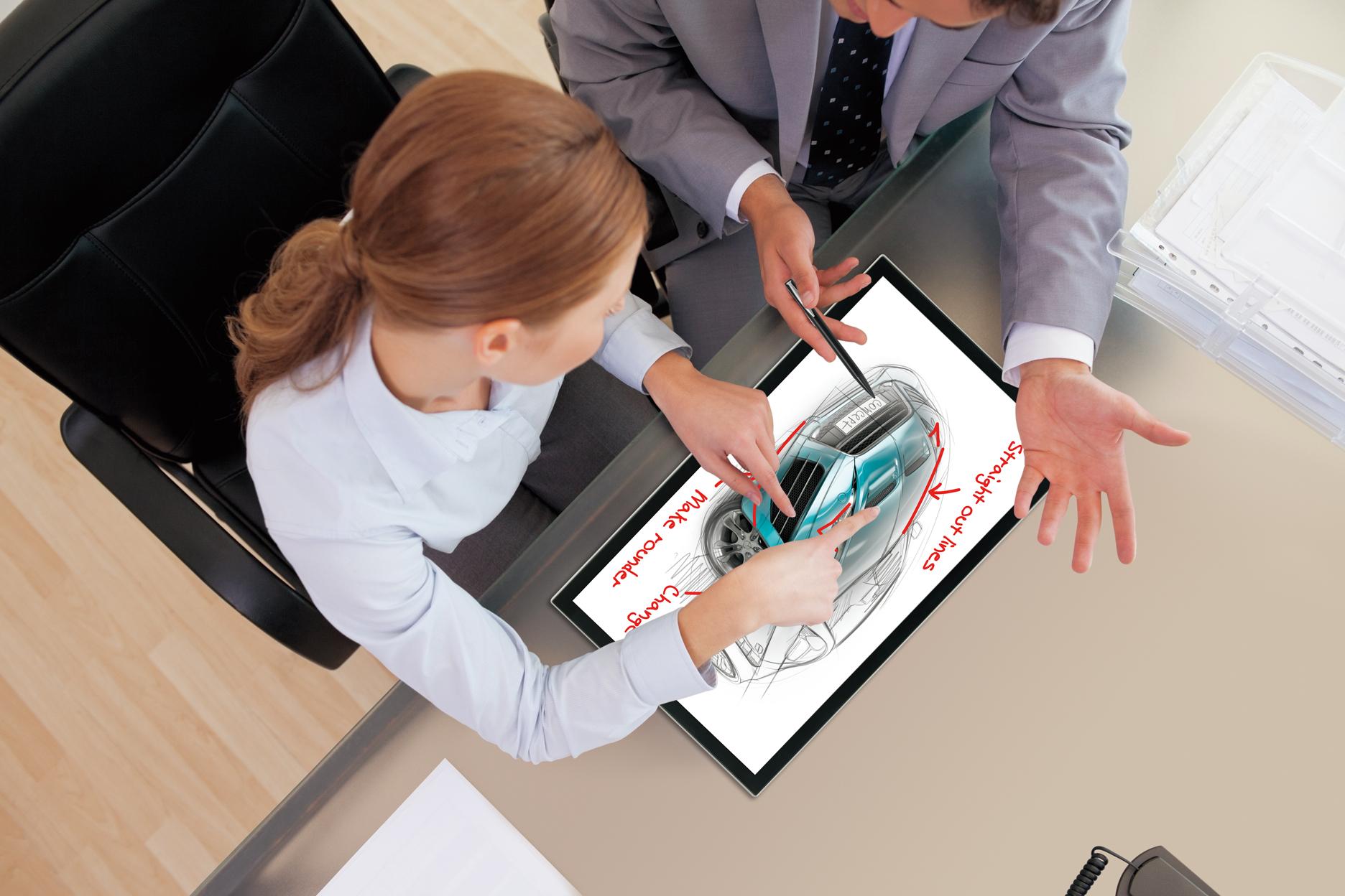 Женщина и мужчина работают на сенсорном ПК